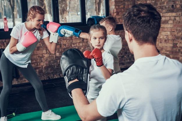 スポーツの人々はフィットネスクラブでボクシングのトレーニングをしています。