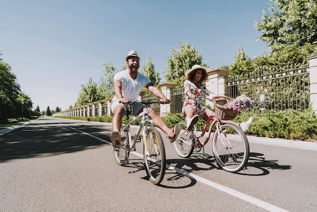 サイクリングのラテンカップル。ロマンチックなデートのコンセプト。