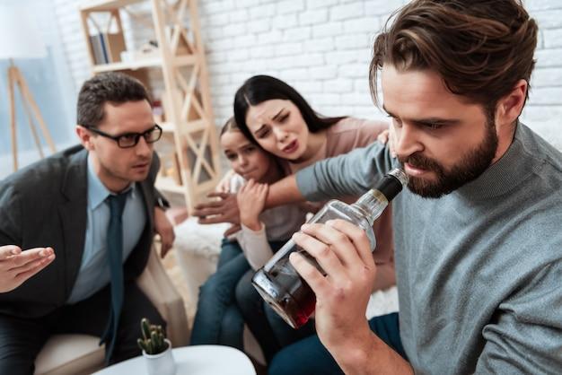 夫は心理学者のオフィスでアルコール依存症を扱います