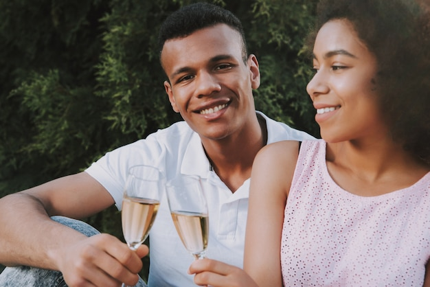 幸せな男と女はシャンパンを飲んでいます。