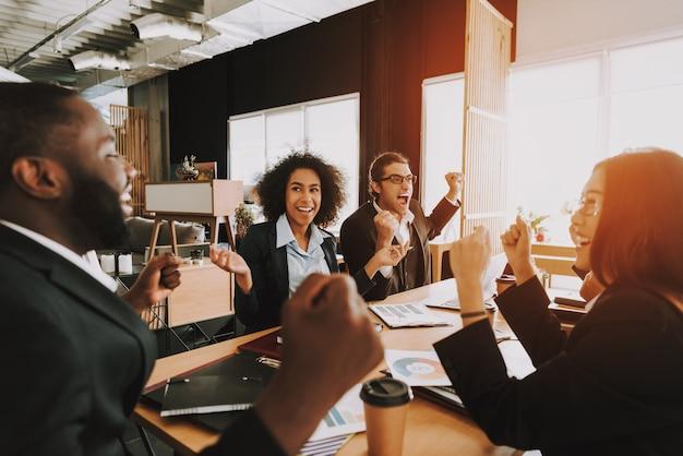 昼間のオフィスでの会議のビジネス人々。