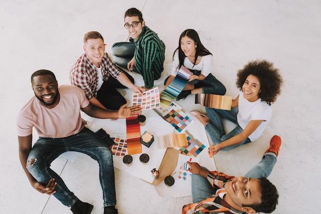オフィスでの会議のデザイナーのグループ。