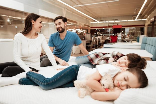 かわいい寝ている子供を見て若いカップル