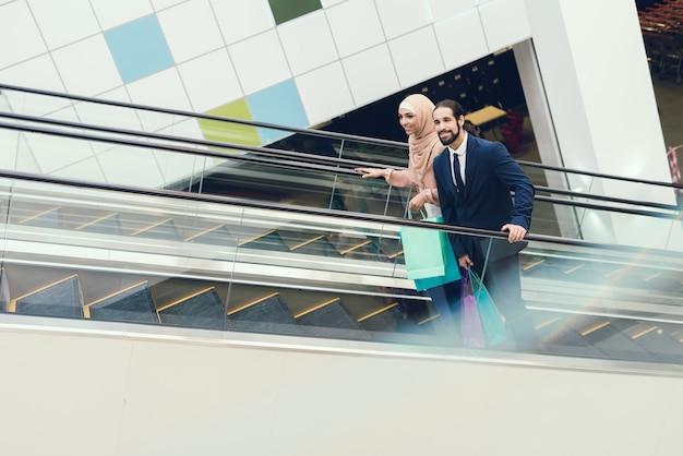モダンなモールでショッピングアラビアのカップル。