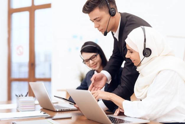 アラブの女性がコールセンターで働いています。