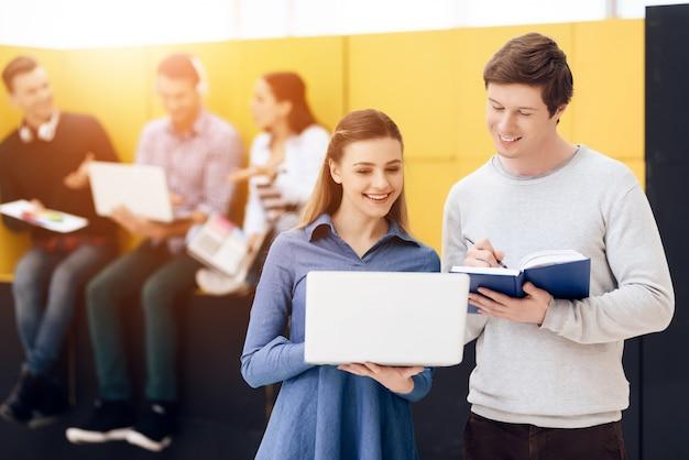 現代の若者はテクノロジーと相互作用します。