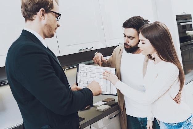 売り手はクライアントにさまざまな資料を見せています。