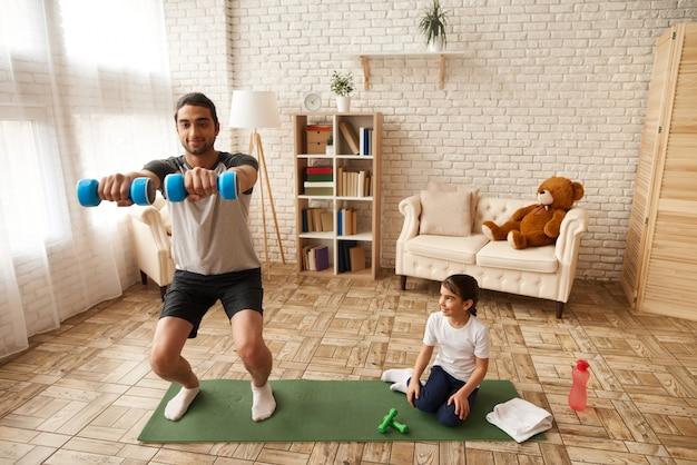 Папа с дочерью ведут здоровый образ жизни