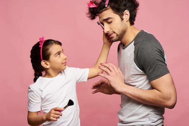 Человек с косами проводит стильную сессию от маленькой девочки.