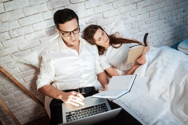 Молодой предприниматель смотрит на экран ноутбука.