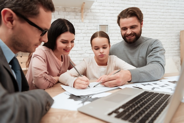 Семья делает психологические тесты в терапевтической сессии