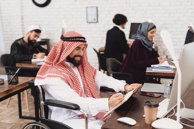 Саудовская аравия инвалидов в коляске офисный работник.