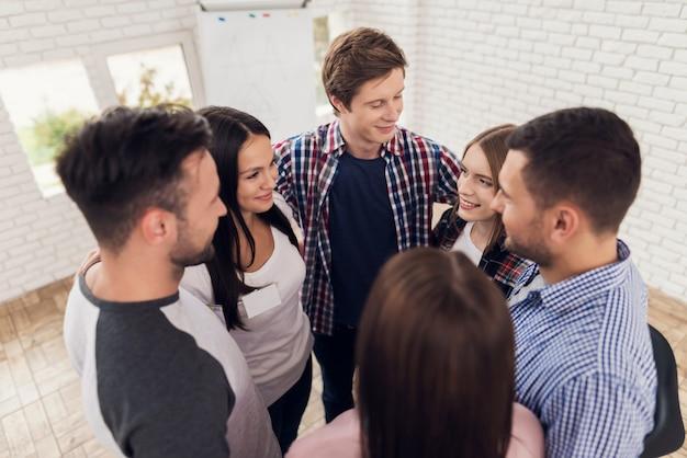 信頼の輪。グループセラピーで人と会う。