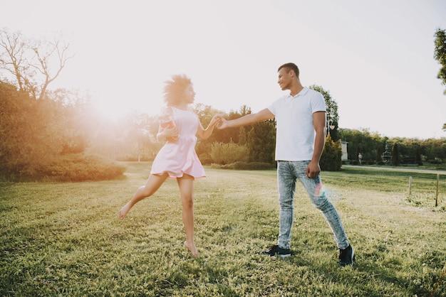 女性は花を持って男にジャンプ