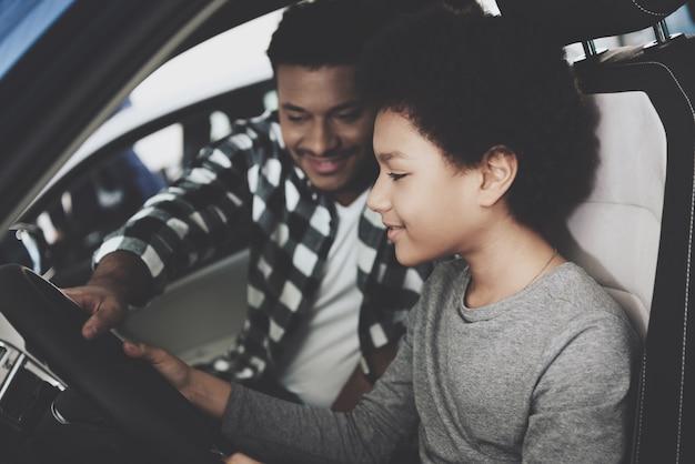 車の中で座っている笑顔幸せなカップル