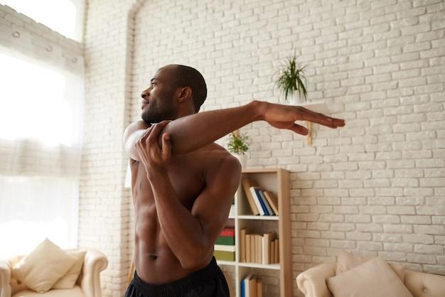 Афро-американский мужчина разминка перед тренировкой.