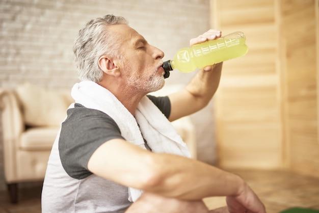 運動後の高齢スポーティな男の喉の渇きの回復。
