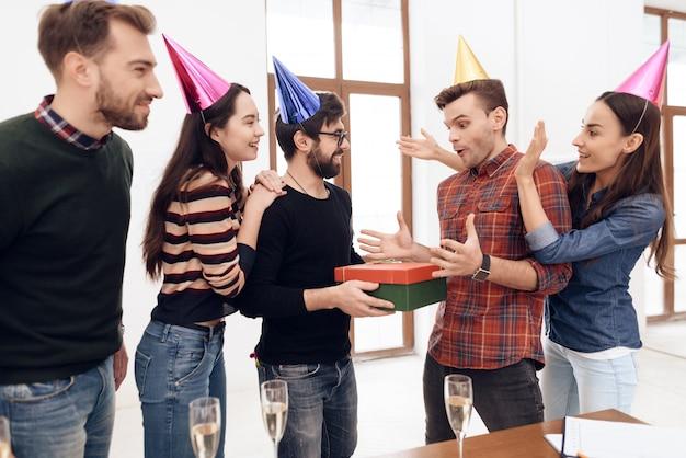 同僚は会社の別の従業員を驚かせました。