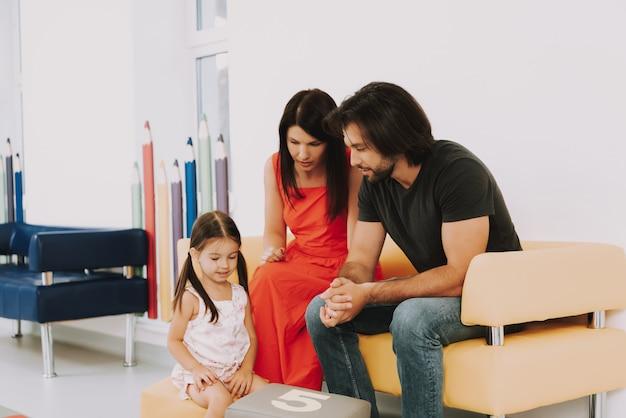 Мама папа маленькая девочка весело в детской больнице.