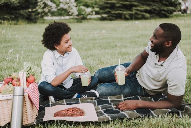 Семья на пикнике и пили сок вместе