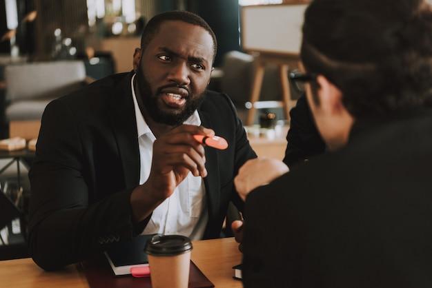 Два бизнесмена спорят о чем-то.