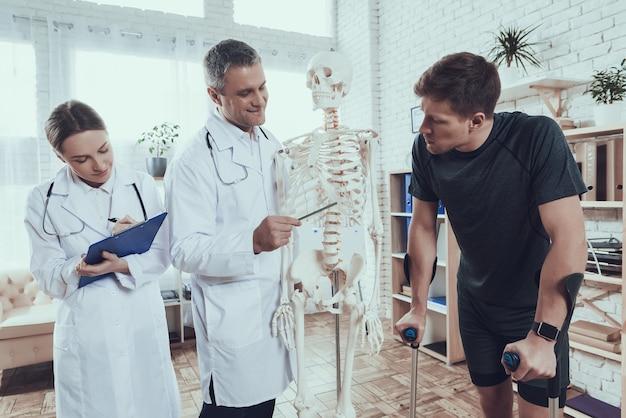 医師はスポーツマンを怪我する場所を示しています