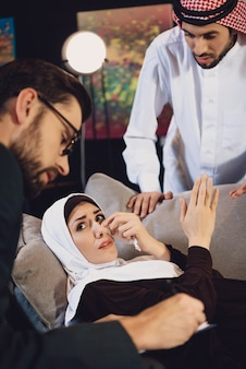 心理学者レセプションで夫とアラブの女性