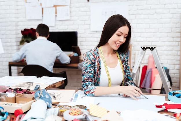 紙の上の定規で描くファッション・デザイナー