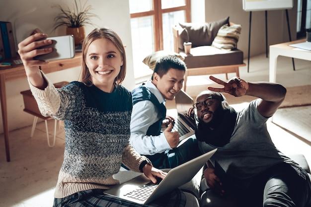 近代的なオフィスでのチームワーク若者の成功。