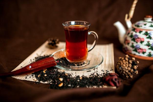 ガラスのコップの赤茶