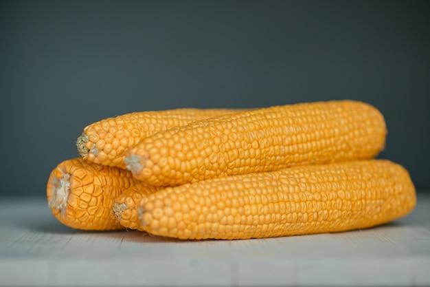黄色のカラフルなトウモロコシの穂軸