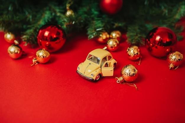 赤い背景の上のクリスマスの飾り