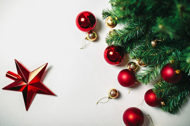 クリスマスツリーと分離した白い背景の上の装飾品