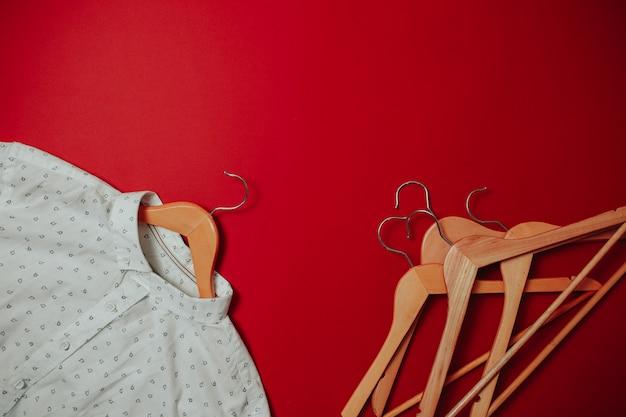 ブラックフライデーセールフラットレイアウト、ハンガー、赤い表面のシャツ、