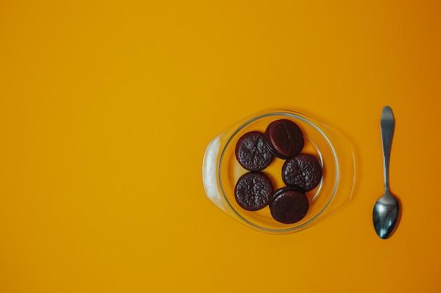 ダイエットと減量のテーマ。スプーンとコピースペースでプレート上のチョコレートケーキ。