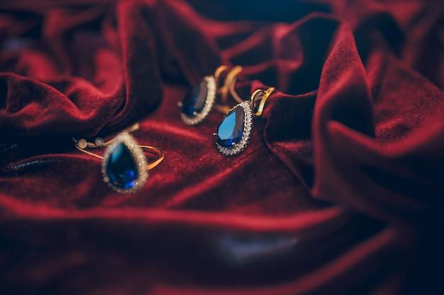 赤いベルベットの背景に宝石の美しい黄金色の宝石