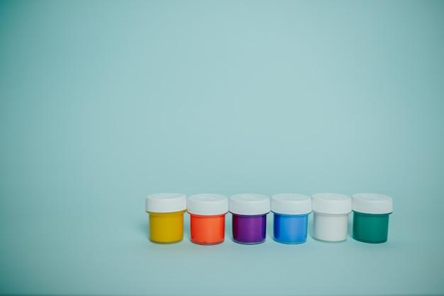 Разноцветные краски банок.