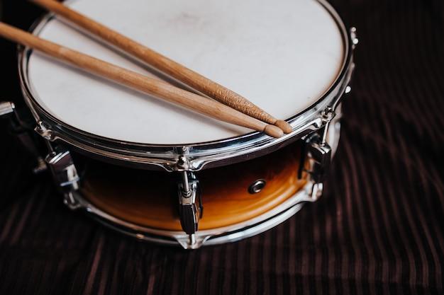 Малый барабан на темном фоне