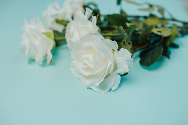Весенняя свежесть. белые розы с зелеными листьями. букет красивых белых роз с длинным стеблем.