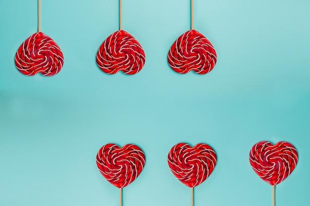 Красный леденец в форме сердца. красочный леденец.