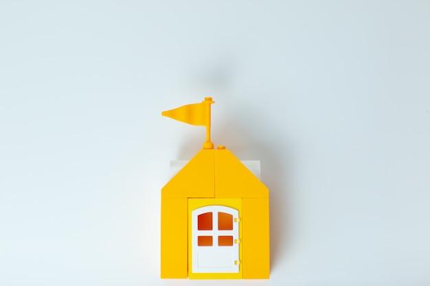 レゴハウス、家にいて安全を守りましょう。レゴ家の黄色いおもちゃの家。ウイルス中の自己分離。家族とホームオフィス。