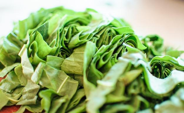 サラダまたはスープ用の新鮮な有機スイバカット