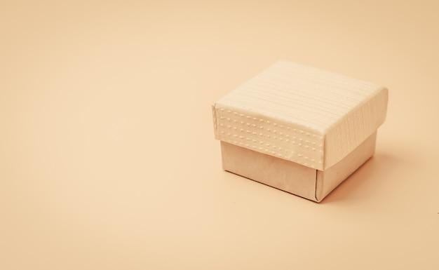 Винтажная бежевая коробка на бежевом фоне