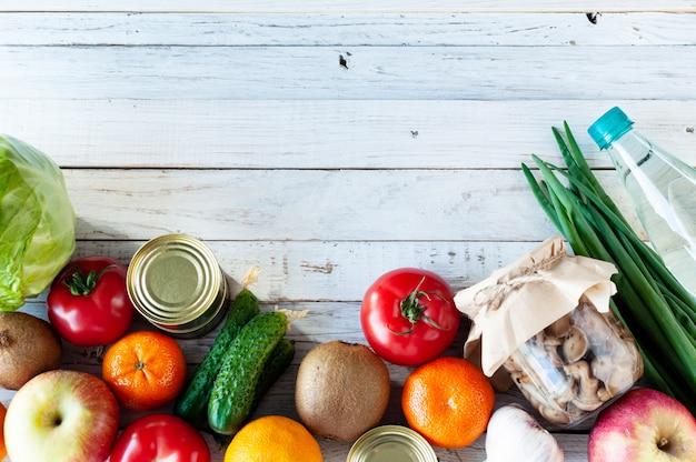 Различные продукты на белом деревянном столе, плоские лежал. пространство для текста. концепция покупки продуктов питания во время кризиса. вид сверху.