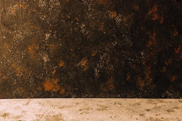 Старый черный цвет покрасил бетон с черной потертой деревенской предпосылкой и ржавчиной и столом с серым бетоном, горизонтальной ориентацией. копировать пространство