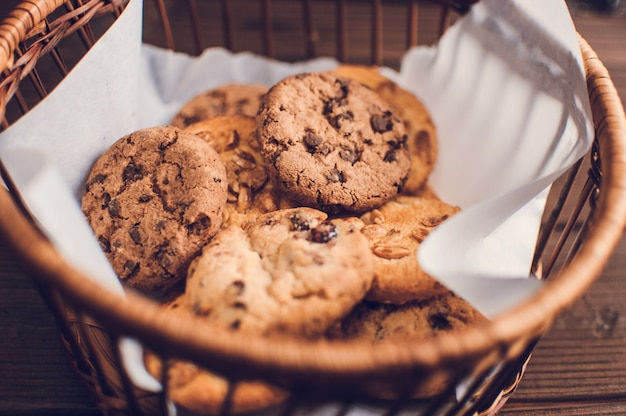 かごの中の新鮮なグルテンフリーの手作りチョコレートクッキー