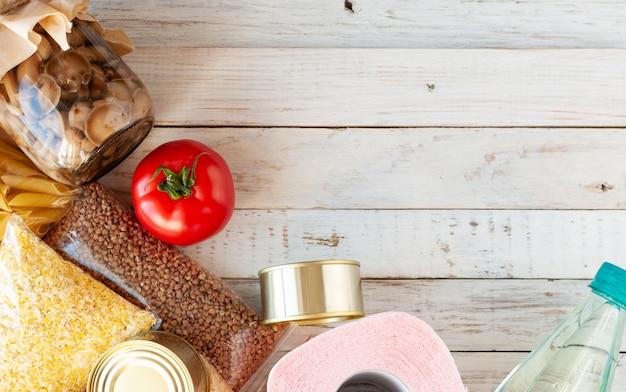 Различные продукты на деревянном столе