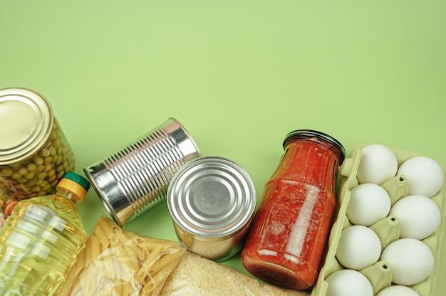 Покупка продуктов, доставка или пожертвование, запас продуктов. долгосрочные поставки продовольствия. вид сверху, свободное пространство.