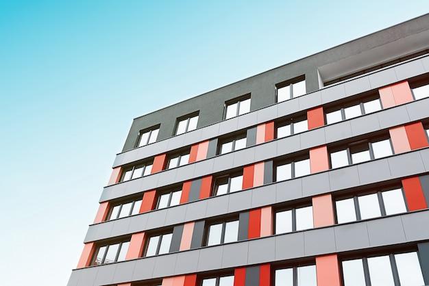 住宅の近代的なアパートの建物
