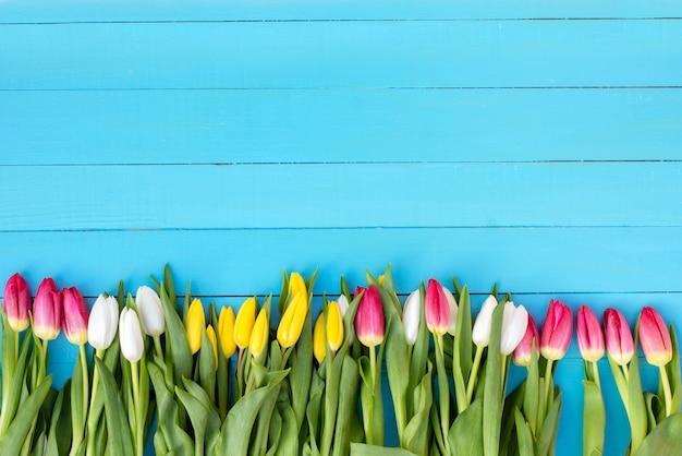 青色の背景に花の花束